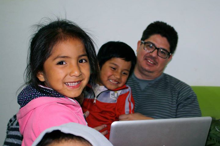 picture-of-guy-with-kids-in-peru